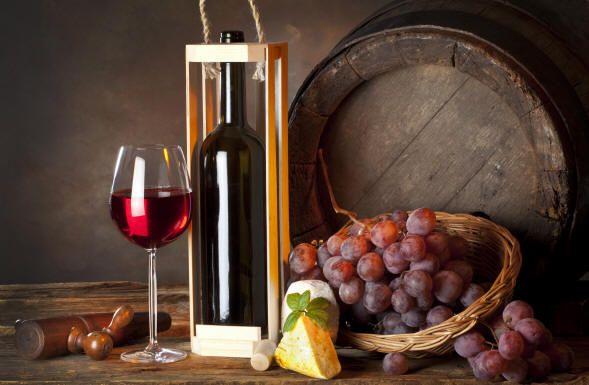 Vino rosso rubino intenso da sentori balsamici e fruttati, di peperone, ribes nero e cassis