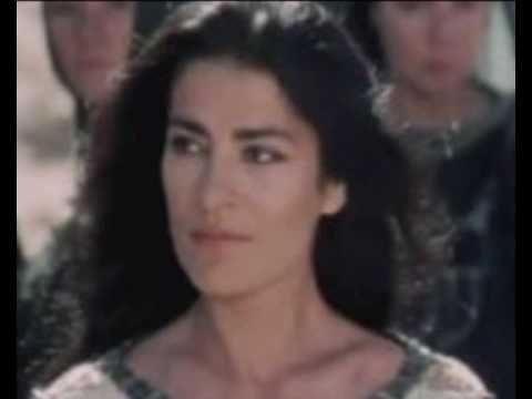 "Irene Papas Ειρήνη Παππά - "" άσμα ασμάτων ""Η Ειρήνη Παππά απαγγέλλει από το Άσμα Ασμάτων του Σολομώντα, 4ος αιώνας, π.Χ. Η μετάφραση και ποιητική απόδοση ανήκει στον Λευτέρη Παπαδόπουλο και η μουσική στον Βαγγέλη Παπαθανασίου (δίσκος ""Ραψωδίες"", 1986).  Όμορφη, όμορφη, όμορφη πού' σαι αγάπη μου. Τι όμορφη που είσαι... Γλυκιά σαν του περιστεριού και τρυφερή η ματιά σου Καμιά από τις όμορφες δεν παραβγαίνει εμπρός σου Εσύ είσαι κρινολούλουδο κι εκείνες είναι αγκάθια..."