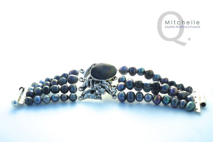 Brazalete de plata, perlas negras y nácar.  Silver, black pearls and mother of pearl by MitchelleQ.