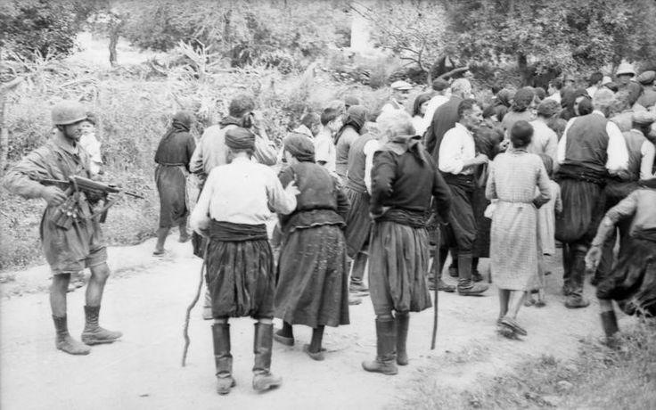 """ΚΑΤΩ ΑΠΟ ΤΗΝ ΑΠΕΙΛΗ ΤΟΥ ΑΥΤΟΜΑΤΟΥ ΟΠΛΟΥ που κρατάει ο Γερμανός στρατιώτης οι γέροντες και τα γυναικόπαιδα απομακρύνονται από τον τόπο της θυσίας. """"Μας ρίξανε στα πόδια και πηγαίναμε απάνω... Ύστερα δα και φύγαμε εμείς, ακούσαμε που τσι θερίζανε και τσι σκοτώσανε. Κι εμείς κοντοσταθήκαμε και κάναμε το σταυρό μας...."""" (Βλ. Βάσος Π. Μαθιόπουλος, Εικόνες Κατοχής, Φωτογραφικές μαρτυρίες από τα γερμανικά αρχεία για την ηρωική αντίσταση του ελληνικού λαού, εκδόσεις """"Τα Νέα"""", σελ. 172)."""
