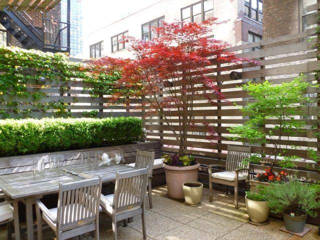 brise-vue balcon en bois avec des plantes grimpantes