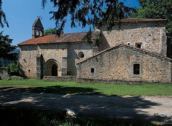 Iglesia de Santa Eulalia de Abamia en las inmediaciones del pueblo de Corao