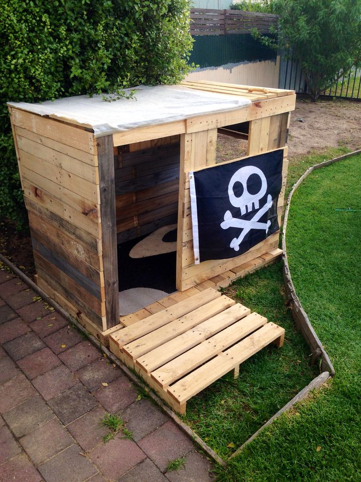 Kids pallet cubby house