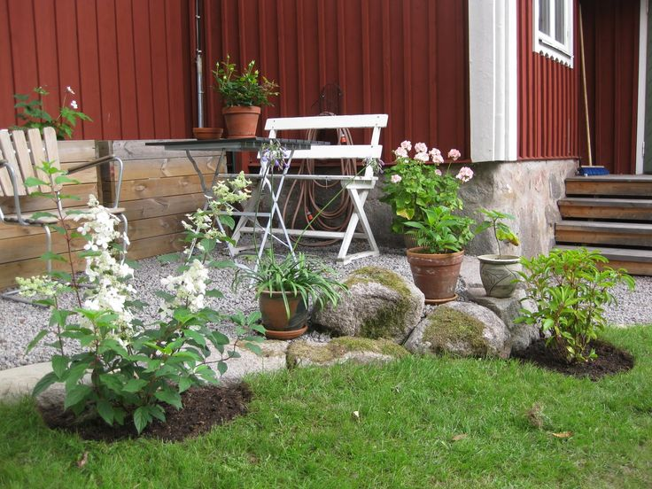 Grus närmast huset omringat av planteringar