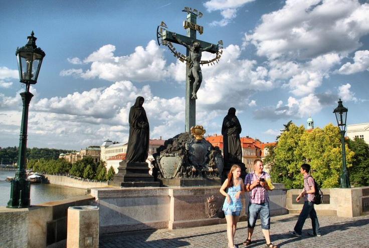 http://guias-viajar.com/chequia/ Escultura en el puente de Carlos en Praga