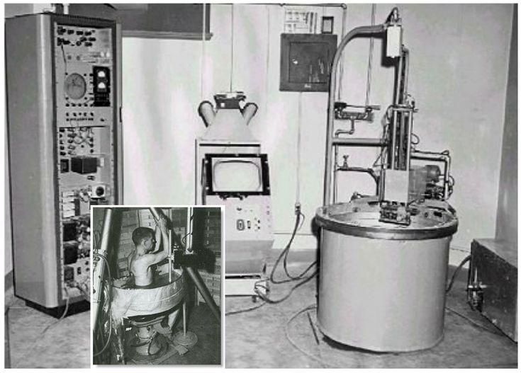 """Uno de los primeros ecógrafos, el """"pan-scanner"""" (1957) donde el paciente permanecía sentado en una silla de dentista modificada, rodeado por un molde semicircular lleno de solución salina. Fue elogiado por la Asociación Médica de Estados Unidos en 1958 , en su reunión científica en San Francisco, y la exhibición de equipo fue galardonado con un Certificado de Mérito por la asociación."""