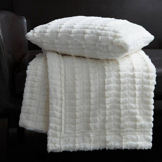 les 9 meilleures images du tableau plaid fourrure blanche sur pinterest fourrure blanche. Black Bedroom Furniture Sets. Home Design Ideas