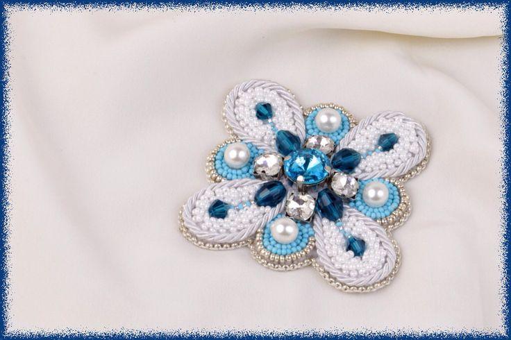 """""""Мальтийский крест"""" сделан из чешского бисера, хрустальных бусин, стеклянного жемчуга и декоративного шнура."""