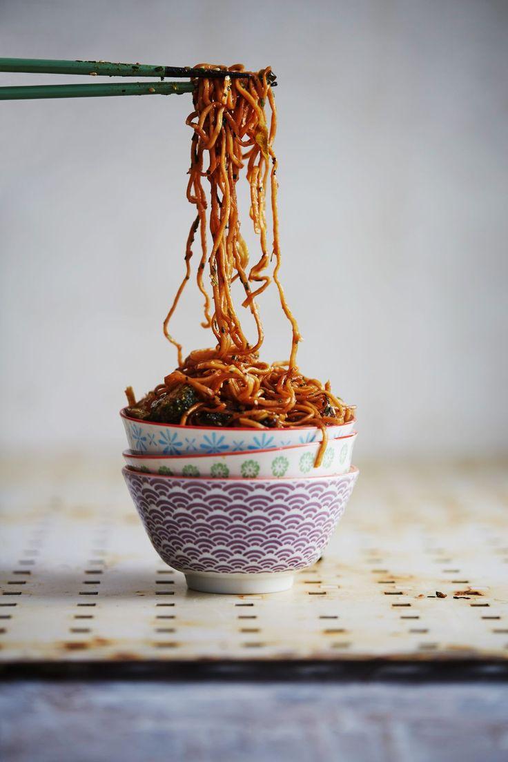 Tahmeaksi paistetut nuudelit ovat koukuttavan hyviä. Ihanat ruusukaalit ja parsakaalit tuovat ruokaan raikkautta!