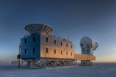 ビッグバンで放出された光の名残である「宇宙マイクロ波背景放射」を観測して得られたちいさなゆらぎが、原始宇宙の状態を知る手がかりを提供した。この重力波は、ビッグバンから38万年後の宇宙に波紋状に広がったもので、その画像が、BICEP2望遠鏡によって捉えられた。- AFP  宇宙誕生時の重力波を初観測、宇宙の急膨張を裏付ける大発見
