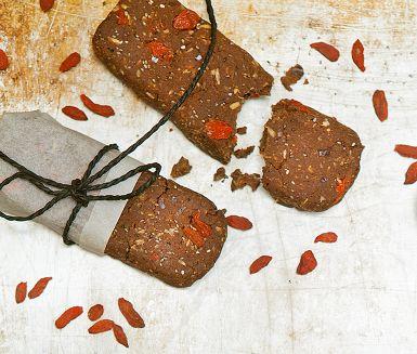 Att göra egna energibars är enkelt. Fyllda med nyttigheter och proteinrika vita bönor som lite överraskande ingrediens är dessa toppen som mellanmål före eller efter träning. Dadlar, kokos och kakao bidrar till den goda smaken.
