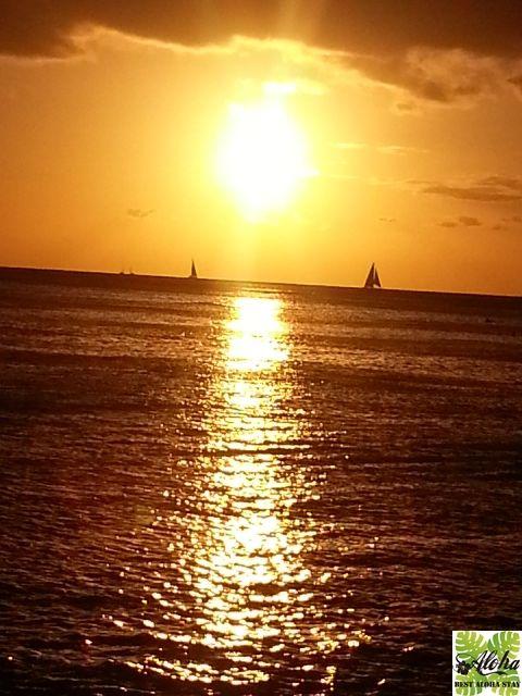【ハワイで外せない!】魅力のハワイを満喫 旅するハワイを極めるために、遊ぶ・買う・食べる・泊まるなど、おさせておきたい風景や定番のモノなどをお届けします。必ずハワイが好きになる! #004-サンセット 青い海がオレンジ色のグラデーションに変わっていく、太陽が沈むまでに流れるスローな時間。 サンセットに要する時間は約30分。 楽園ハワイで味わう最高の瞬間。 http://b-alohastay.com/pmh/hawaiimust004/ ----------------------------------- お得にワイキキのコンドミニアム、アクアパシフィックモナークを予約するなら「アロハステイキャンペーン」で決まり! 2017年9月25日までの予約受付まで。 ☆–特典–☆ 1泊あたり$18.8(約2100円)のアメニティフィー込! http://b-alohastay.com/pmh/stayplan/special1706/ #アクアパシフィックモナーク #ハワイ #ワイキキ #コンドミニアム #サンセット