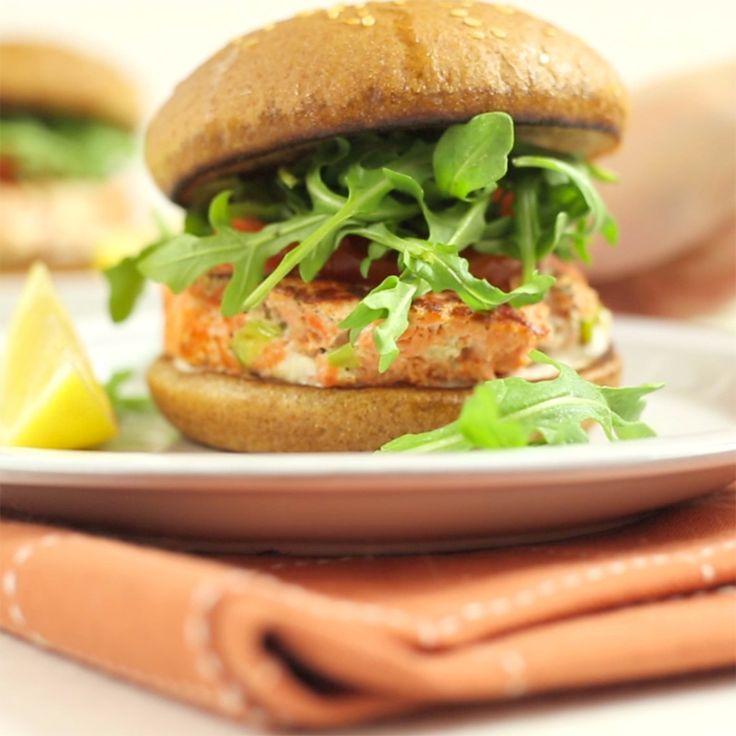 Receita com instruções em vídeo: Esse hambúrguer de salmão é leve e super saboroso! Ingredientes: ● Para o molho:, 1/2 xícara de iogurte natural grego, 1 colher de sopa de suco de limão siciliano, 1 pitada de pimenta caiena, 1/2 colher de chá de alho em flocos, 1/2 colher de chá de sal marinho, ● Para os hambúrgueres:, 500g de filé de salmão picado, 1/2 colher de chá sal marinho, 1 pitada de pimenta preta, 1 colher de sopa suco de limão siciliano, 1 colher de chá das raspas de limão…