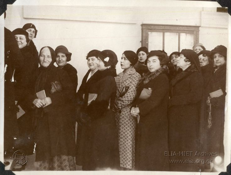 θήνα 11 Φεβρουαρίου 1934. Εκλογικό τμήμα γυναικών. Όλες οι κυρίες είναι άνω των 30 ετών, εγγράμματες (απόφοιτες τουλάχιστον του δημοτικού) και τολμηρές. Αψήφισαν τις κοινωνικές προκαταλήψεις και ήρθαν να ψηφίσουν. Η προσέλευση των Ελληνίδων δεν ήταν αθρόα αυτή την πρώτη φορά. Το μούδιασμα τόσων γενεών δεν φεύγει εύκολα. ( ΦΑ L308.37)