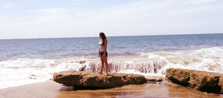 Playa Punta Blanca en Santa Elena-Ecuador... pequeña comunidad ubicada en la provincia de Santa Elena, a 10 kilómetros de Salinas. Es uno de los balnearios más bonitos y paradisíacos en la costa ecuatoriana.  Punta Blanca ofrece a su visitantes sol, amplia playa, privacidad y un mar tranquilo de aguas azules, donde vivirán una experiencia única, llena de magia y aventura.