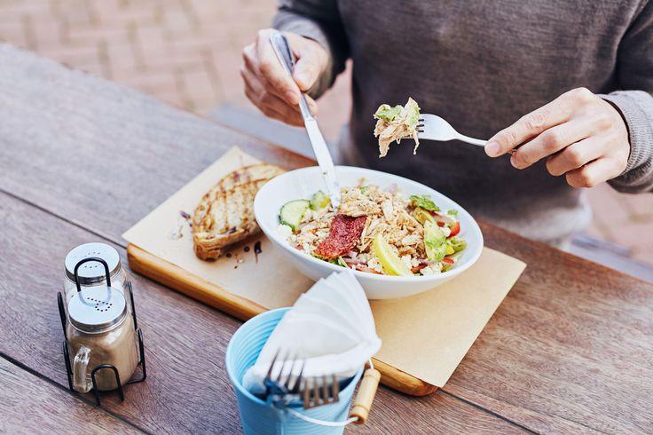 Chi a pranzo ha poco tempo e segue una dieta ha 2 opzioni: l'insalata, sinonimo di leggerezza, e il panino, spesso considerato pesante e poco salutare. Il nutrizionista Luca Piretta ti aiuta a fare chiarezza e a sfatare i luoghi comuni per cui molta gente pensa che il panino sia il nemico giurato della forma fisica: non è così – la dieta Melarossa lo dimostra! -, tutto dipende dal tipo di pane che si utilizza e da come si decide di farcirlo.