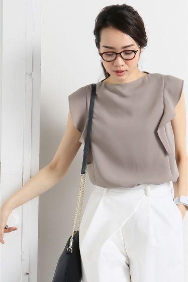 予約ダブルクロスソデフレアブラウス  予約ダブルクロスソデフレアブラウス 7560 お届け予定5月初旬 限定数量に達し次第締め切りとなります オンオフ兼用で使っていただけるブラウスに仕上がりました 袖のフリルが甘すぎず女性らしさを演出してくれる枚 ほどよいハリ感のあるダブルクロス素材を使用しているので袖のデザインが引き立ちぐっと上品な印象に トレンドのスカウチョや定番の細身のパンツと合わせてもコーディネートが決まるとても便利な着です スタイリングに悩まず使えるホワイトと今年人気のピンクニュアンスカラーのモカをご用意いたしました 注意事項 画像の商品はサンプルです 実際の商品と仕様加工が若干異なる場合があります サイズ表記はあくまで目安となります その他の予約商品通常商品との同時決済はできません 入荷状況によりお届け予定が前後する場合があります お客様への発送が店頭販売より遅れる場合もあります モデルサイズ:身長:165cm バスト:80cm ウェスト:58cm ヒップ:85cm 着用サイズ:フリー