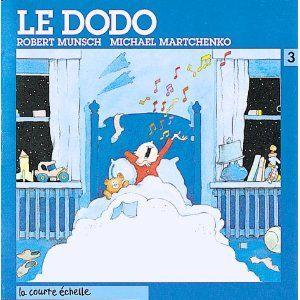 Simon est prêt à tout pour reculer l'heure du dodo, même à alerter les policiers. Un album irrésistible qui joue avec humour et imagination sur un thème cher aux petits.