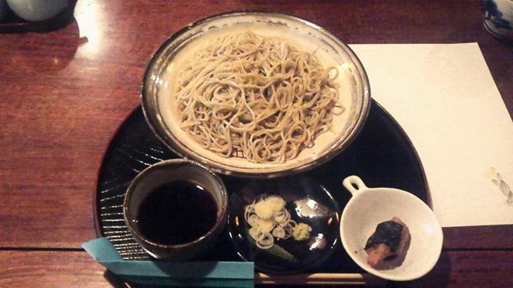 2012.11.23 ※閉店【武蔵野手打ちそば かくれみの せいろ(大盛)】般若寺、そして宮本武蔵で有名な般若坂の近くにあるお店です。「武蔵野」とは東京風という事らしく、北海道産の蕎麦粉を使い、二八で出されています。ちょっと大き目の民家を改装されているようで、ジャズの流れる大広間で、庭を眺めながら頂きます。「ざるそば」がなかったので、「せいろ」を冷たい蕎麦つゆで頂きました。「東京風」ってのがよく分からないのですが、蕎麦つゆはやや醤油が濃い目で、カツオの風味が利いたものでした。ワサビはピリっとした感じが少ない割りに、凄く香りのするもので、コシの強い蕎麦をズズっと美味しく頂きました。【武蔵野手打ちそば かくれみの 奈良市奈良阪町2340 】