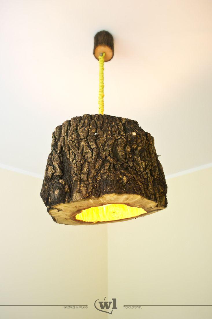 Stumplight to unikatowa drewniana lampa wisząca. Klosz stanowi naturalnie pusty pniak (choroba drzewa). Wysokość lampy może być w łatwy sposób regulowana – klosz może wisieć na wysokości od 30 do 60cm od sufitu. Aby podkreślić jej urok, puszka przy-sufitowa również została wykonana z drewna. Ceramiczna oprawka, duża żarówka Edisona oraz przewód w oplocie, nadają jej dodatkowego charakteru. Lampa została zabezpieczona wysokiej jakości olejem do drewna. Całość jest dość ciężka (ok. 8kg) i nie…