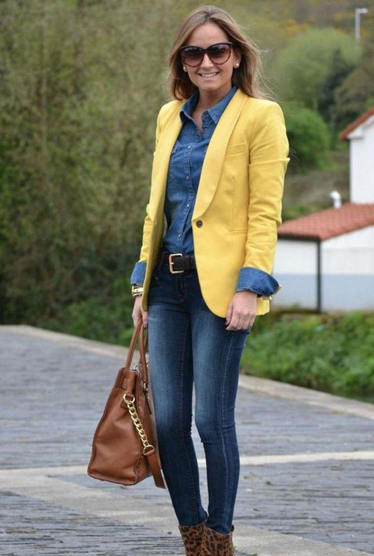 Conjunto americana amarilla, camisa tejana, pantalones vaqueros y bolso marrón