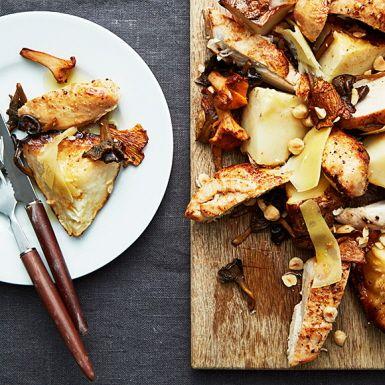Om du aldrig provat att helbaka rotselleri är det dags nu! Rotsellerin får en sötare smak och en härligt nötig karaktär som smakar prima till den franska hårdosten comté och stekt kyckling. Lägg upp generöst och bjud med svamp, brynt smör och hasselnötter.