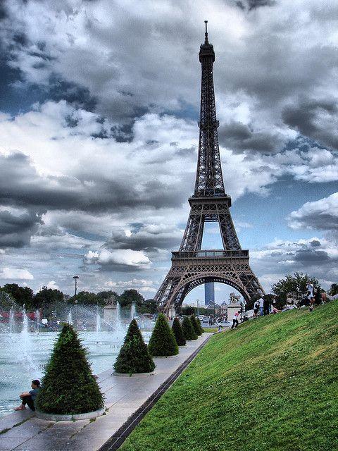 La torre Eiffel fue terminada en menos de tres años (1889), para  el centenario de la Toma de la Bastilla y para la feria mundial de ese año. Gustave Eiffel, el diseñador)  contribuyó como con el 80% del capital porque nadie creía que una estructura de hierro se mantendría.