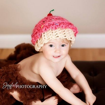 Chunky #Crochet Cupcake Hat pattern by #KaleidoscopeArtnGifts #happybirthday #mmmakers #cake