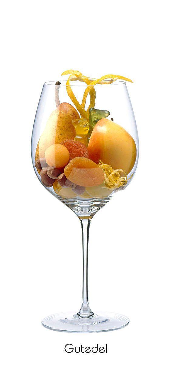 Aprikose, Mirabelle, gelber Apfel, Birne, Melone, Zitronenschale, Gummibären, Nuss