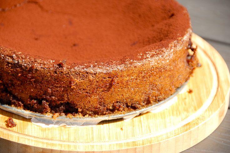 Chokoladekage med chokolade, der bages uden hvedemel. I stedet er kagen med piskede æg, smør, chokolade og sukker. Den bedste chokoladekage.