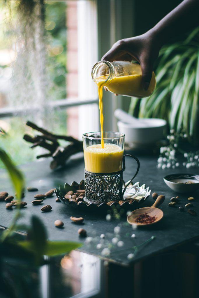 VEGAN Badam Milk (Mandelmilch) mit Safran, Kardamom und Pistazien ist eine …   – Juices, drinks, smoothies and lattes.