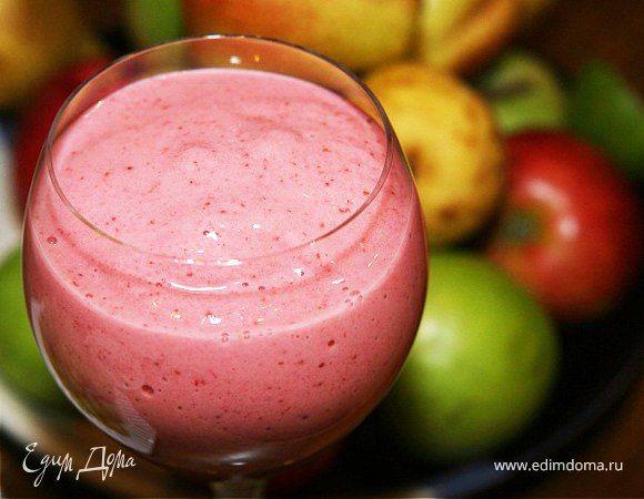 Коктейль из банана и клубники с йогуртом от Юлии Высоцкой  Для бодрого начала дня приготовьте вкусный и полезный коктейль из фруктов. Вам не потребуется мороженое или сливки. Возьмите натуральный йогурт, ягоды и фрукты по желанию. #готовимдома #едимдома #кулинария #домашняяеда #завтрак #утро #вкусноеутро #бодроеутро #коктейль #бананы #клубника #йогурт #юлиявысоцкая #вкусноиполезно