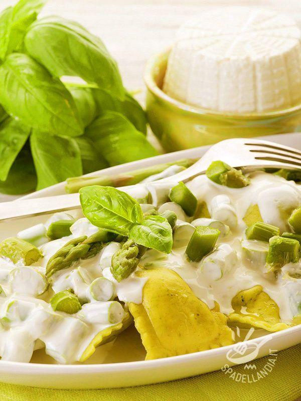 Pochi ingredienti genuini per ottenere dei Ravioli con panna e asparagi deliziosi! Per la presentazione, ispiratevi alla foto della ricetta!