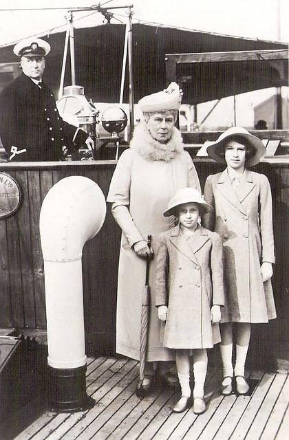 Königin Mary von England mit ihren Enkeltöchtern Elizabeth und Margaret