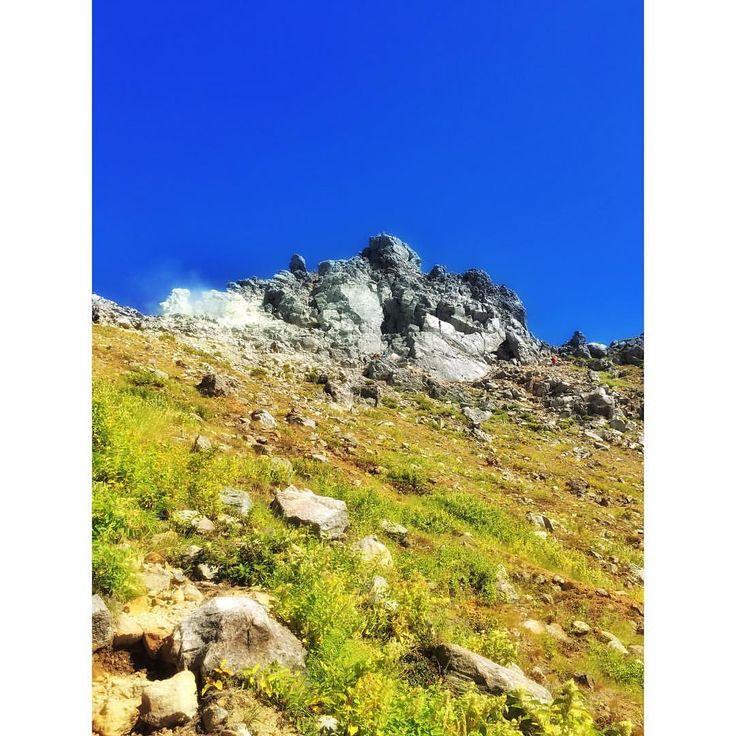 . 過去pic📷 焼岳北峰山頂2016.9.3 . . 青い空、硫黄の白煙、岩峰の灰色、緑の草木 このカラーバランス、やっぱり夏山が好きです✨ . . #焼岳 #山登り #山登り好きな人と繋がりたい #登山 #登山好きな人と繋がりたい #百名山 #焼岳小屋 #新中の湯 #上高地#西穂高岳 #青空 #硫黄臭 #岩峰 #山#山欠 #北アルプス