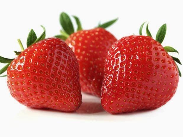 Alimento com caloria negativa - Morango: fruto com propriedades antioxidantes, que retarda o envelhecimento, além de reduzir o colesterol, combater anemias e doenças da pele. É fonte de ferro, fibras e vitaminas B5 e C.