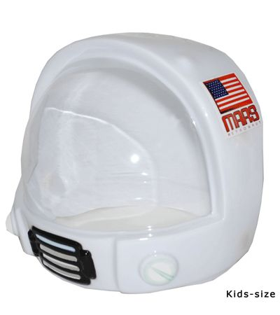 Astronauten helm voor kinderen. Deze austronauten helm voor kinderen is wit en heeft op de zijkant een Amerikaanse vlag en de tekst Mars. De astronauten helm heeft een doorzichtige kap voor het gezichtsveld dus er is makkelijk door te zien! De astronauten helm voor kinderen is 2-delig en met klittenband te bevestigen.