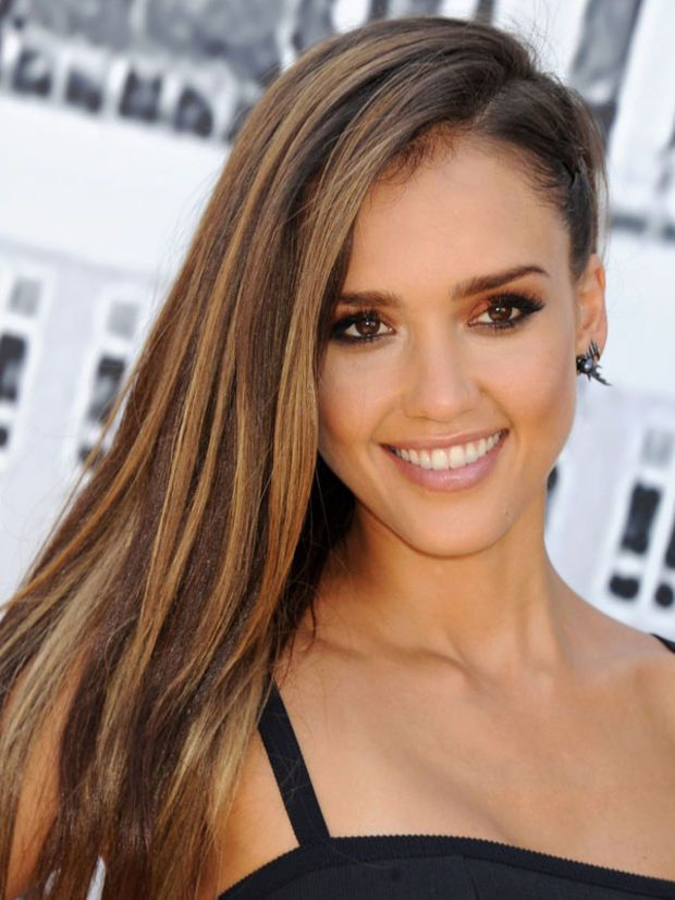 love side swept hair try a punky braid like jessica alba couleur pour cheveux cheveux bruns. Black Bedroom Furniture Sets. Home Design Ideas
