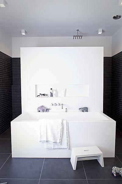 badkamer:Door een vrijstaande muur in de badkamer te plaatsen is het meteen een sfeervolle ruimte.