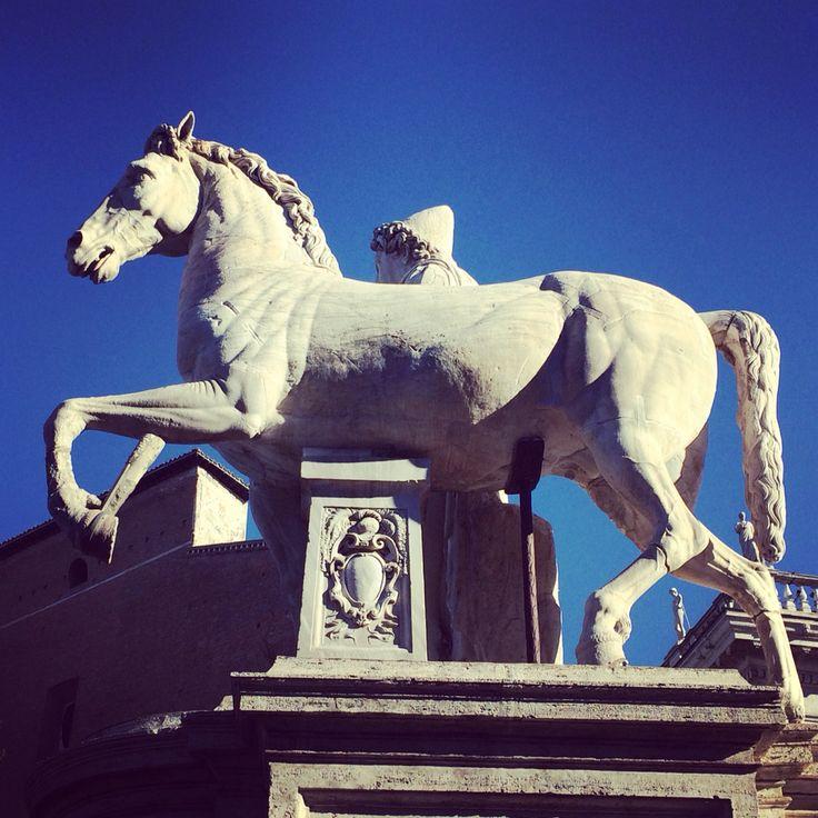 Le statue enormi venivano posta agli ingressi degli edifici pubblici per incutere timore ed indurre al rispetto #Roma #campidoglio #potere #timore #rispetto
