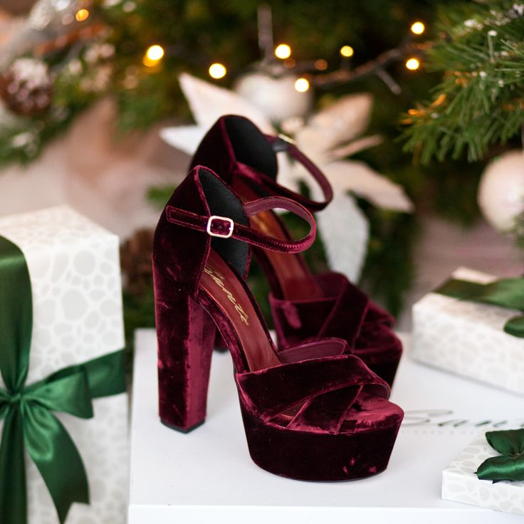 1 Day until Christmas #SanteClaus #SanteWorld #SanteFW1617 Available in stores & online (SKU-94401): www.santeshoes.com