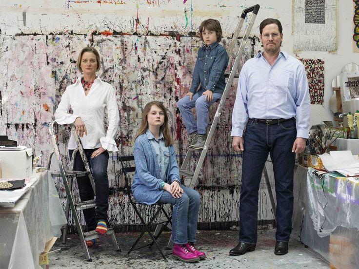 """Enkele jaren geleden trok de Brusselse fotografe Anne-Catherine Chevalier internationaal de aandacht met een reeks portretten van moeders en dochters. Ze mocht verzilverde toen zelfs een plekje in de prestigieuze Londense National Portrait Gallery. Nu pakt ze uit met een boek en expo rond """"Family""""."""