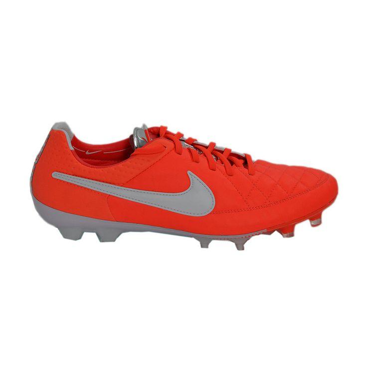 Από την κλασσική σειρά της ΝΙΚΕ Tiempo, το νέο ποδοσφαιρικό παπούτσι σε χρώμα πορτοκαλί με άσπρες λεπτομέρειες, πιο εντυπωσιακό από ποτέ. Από μαλακό δέρμα, προσφέρει ουδέτερη επαφή με την μπάλα και συνδυάζει την ποιότητα των υλικών με τη μοντέρνα τεχνολογία. Ειδικό για φυσικό και τεχνητό χλοοτάπητα.