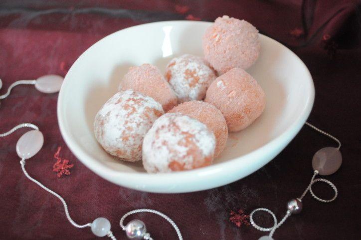 Depuis quelques temps, je vois ces jolies boules roses bonbon, bien jolies. Je me suis toujours dit que cela devait être bien plus lourd et indigeste que les truffes au chocolat et je n'avais pas encore essayé d'en faire. Comme il me restait un paquet...