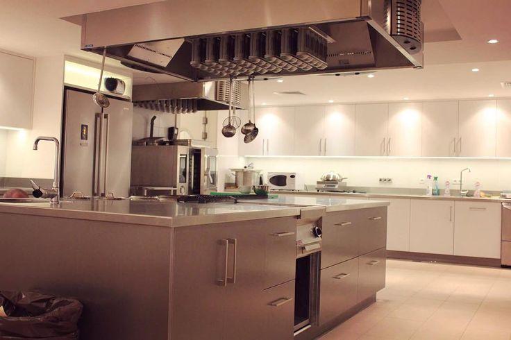 Jesteśmy dumni że z pasją wykonujemy takie kuchnie. Mamy nadzieję że Wam też się podoba. #kuchnia #kitchen #kök #meble #furniture #meblekuchenne #likeit #grey #white #style #warszawa #polska #warsaw #instasize #photooftheday #dom #home  Po więcej detali zapraszamy na naszą stronę: szafawawa.pl