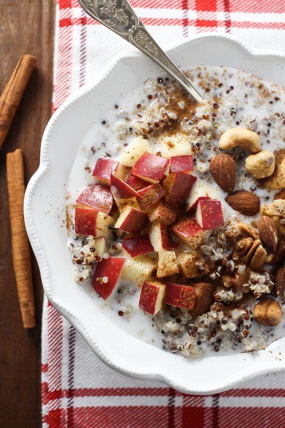 Un petit déjeuner sain et équilibré. Voici les ingrédients : ¾ bol de quinoa cuit 1 petite pomme émincée et dénoyautée ¼ bol d'amendes ou autres noisettes ¾ bol de votre lait favori ou autre produit...