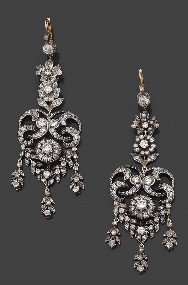 A pair of 19th century diamond, 18K gold and silver ear pendants. 9,5 x 3,0 cm