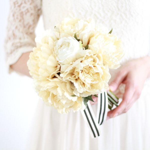 アンティーク感漂う象牙色の芍薬をキュッと束ねた、愛らしいクラッチブーケ。マットな質感、落ち着いた色合いは、レトロな雰囲気やビンテージ調がお好みの方にもおすすめ。アンティーク アイボリー 芍薬 クラッチブーケ ブートニアセット/シルクフラワー(造花)
