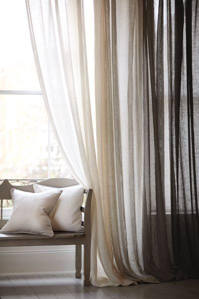 Pour relooker un salon ou une chambre, on n'oublie pas les fenêtres... Mettre des voilages légers en été des rideaux plus épais en hiver permet de relooker une pièce au fil des saisons, sans tout changer !