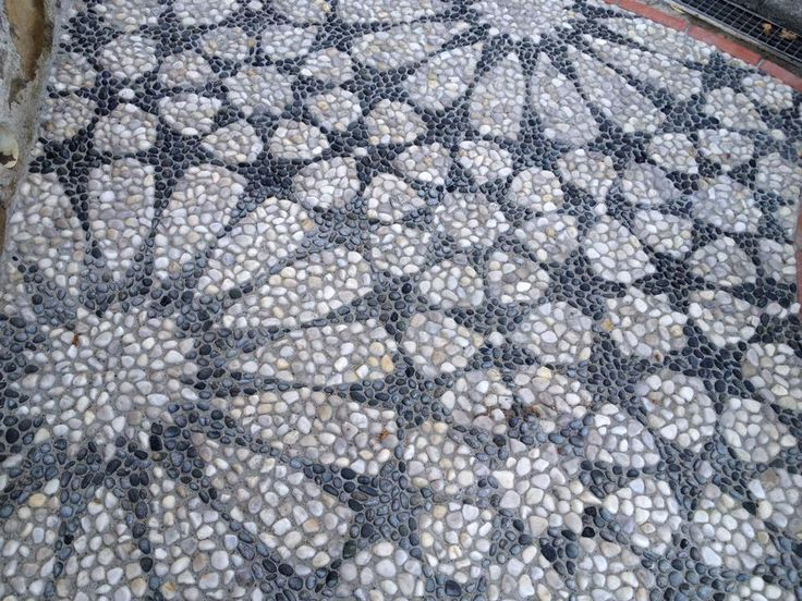 Pebble mosaic workshop by Luciano Bonzini http://www.musivariusmosaici.blogspot.com.es/, http://www.ilrisseuligure.blogspot.com.es/ in Genova, Italy. Photo: Emanuela Botana http://www.mosaikart.ch/